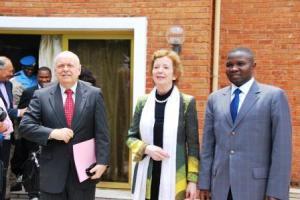 de gauche a droite M. Roger Meece representant du SG de l'ONU en RDC, Mme Mery Robinson et l'honorable Julien Paluku Kahongya Gouverneur de province du Nord Kivu