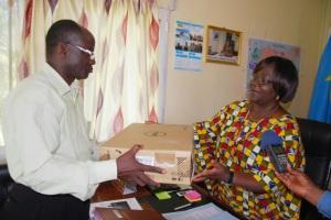Mme Marie Shematsi Baeni Ministre provincial du Plan, Budget, Communication et Medias, porte-parole du Gouvernement provincial du Nord Kivu  remettant les matériels à M. Raphael Kiwongo Matondo président provincial de l'UNPC Nord Kivu
