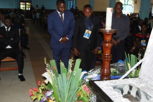 Le maire de Goma deposant le gerbe de fleurs le 19.08.2015